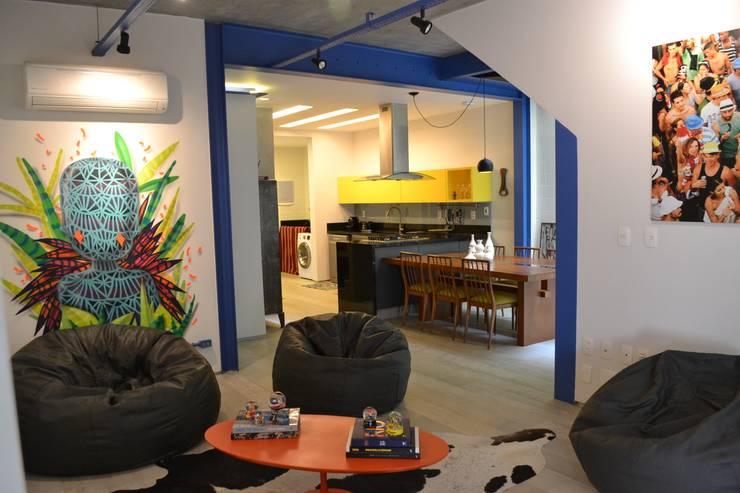 غرفة المعيشة تنفيذ Adriana Saggese e Paloma Costa Arquitetura