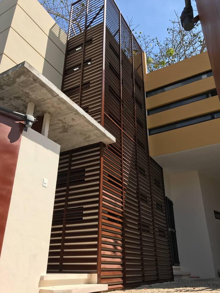 ACCESO DE COCHERA: Casas de estilo  por FRACTAL CORP Arquitectura, Moderno