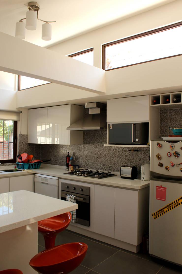 Remodelacion y ampliación Casa G.: Cocinas de estilo mediterraneo por Toledo estudio Arquitectos