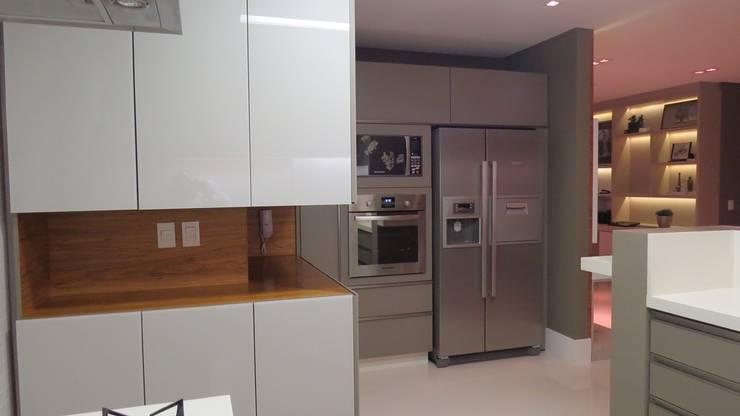 Modern Kitchen by Daniela Viana e Lilian Maravai Arquitetura Modern