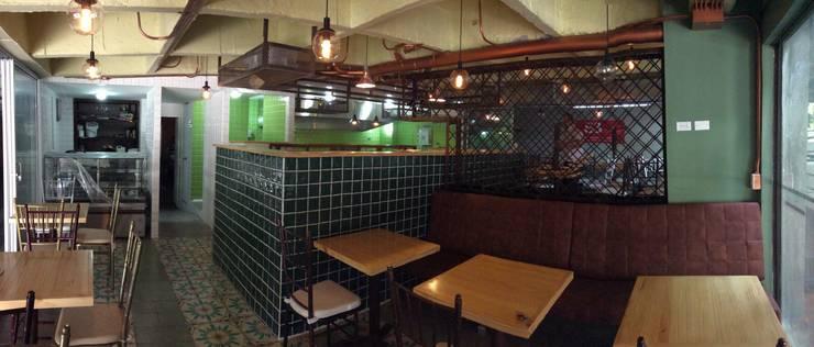 PICOTEO -  Gastro - Bar _ San Lucas Medellín: Bares y discotecas de estilo  por tresarquitectos