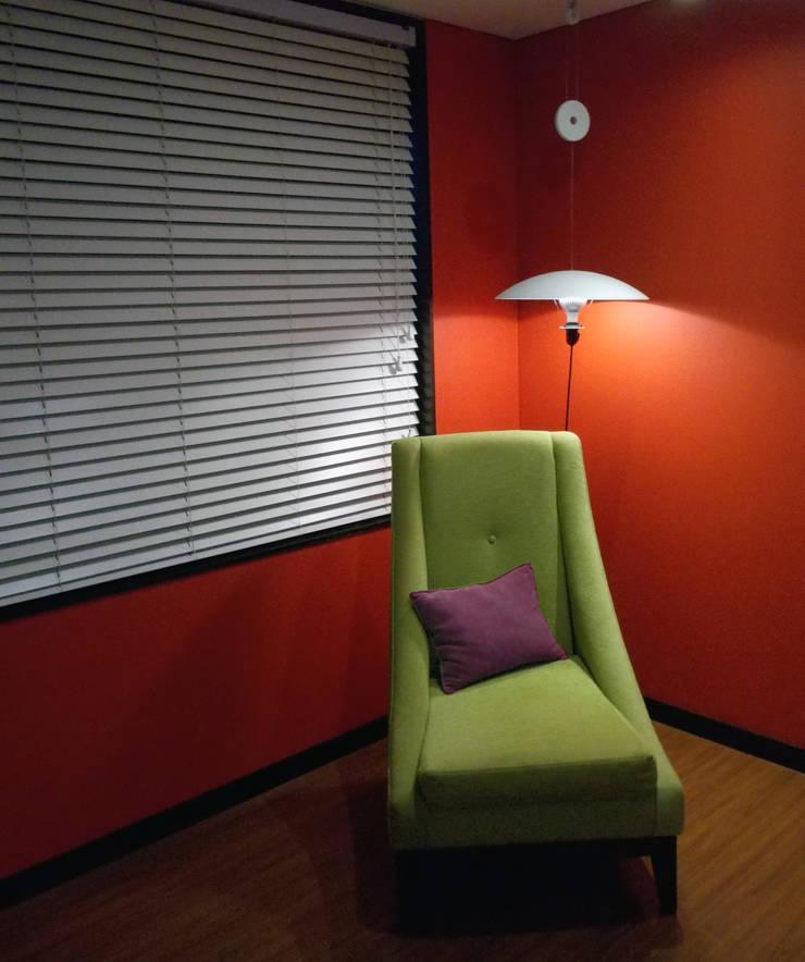 Ciudad Salitre - Detalle de mueble para tv - Omar Plazas Diseño Interior y Decoración.:  de estilo  por Omar Interior Designer  Empresa de  Diseño Interior, remodelacion, Cocinas integrales, Decoración