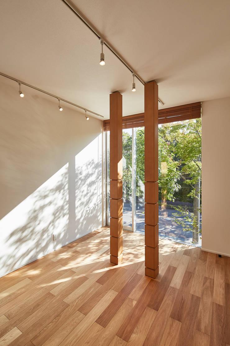 Chambre de style  par YOKOI TSUTOMU architects, Moderne Bois massif Multicolore