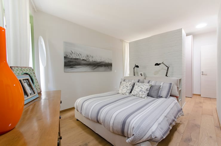 casa GAM: Camera da letto in stile  di Ego Vitaminacreativa