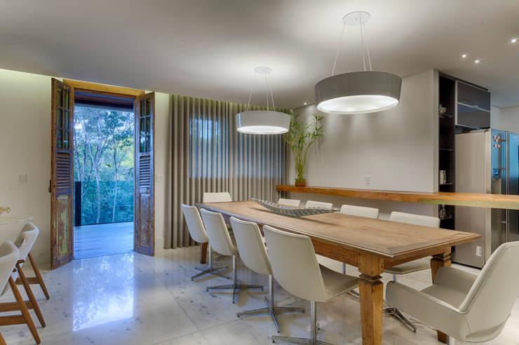 Sala de Jantar: Salas de jantar rústicas por Isabella Magalhães Arquitetura & Interiores