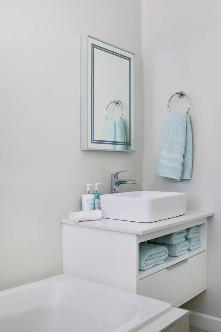 Guest bathroom:  Bathroom by Salomé Knijnenburg Interiors, Modern
