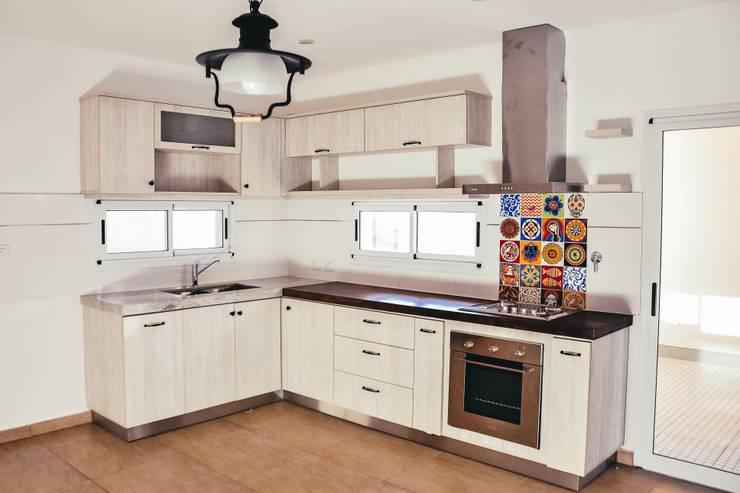 Cocina Departamento: Cocinas de estilo moderno por Muebles del angel