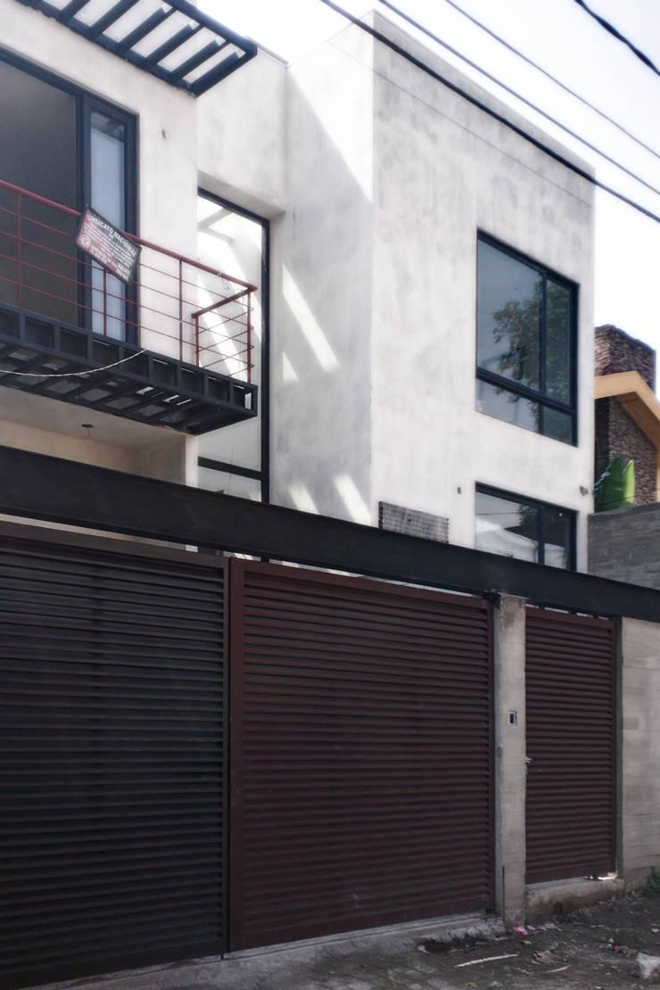 Casa Flores: Casas de estilo  por C+C | STUDIO, Minimalista