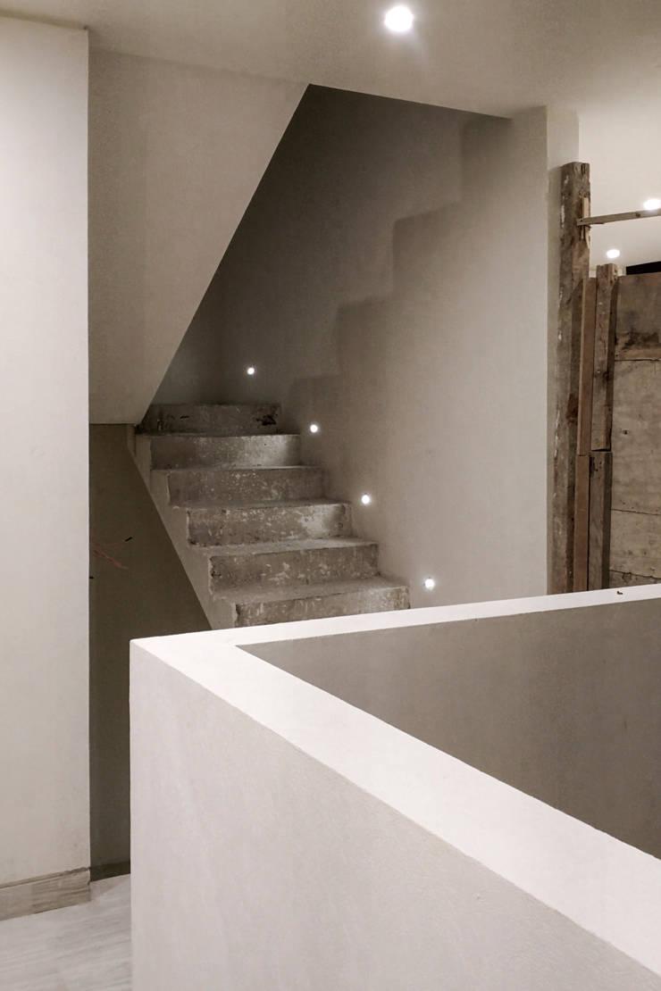 Casa Flores: Pasillos y recibidores de estilo  por C+C | STUDIO, Minimalista