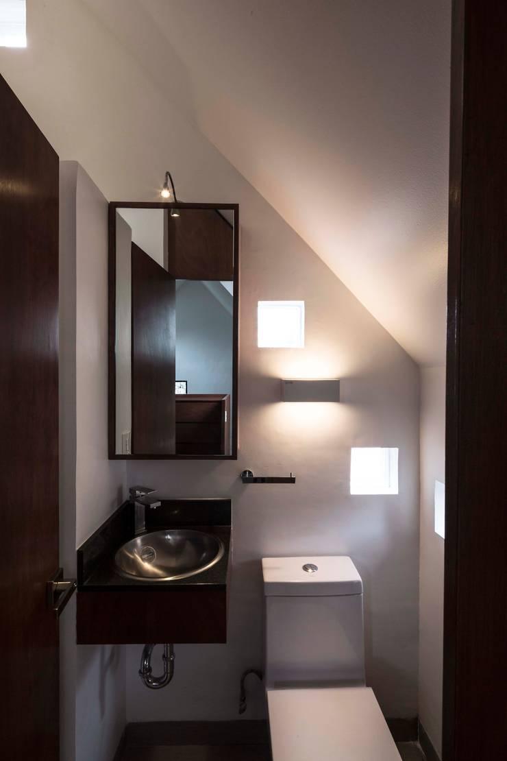 Casa Xomalli: Baños de estilo  por DMP Arquitectura, Moderno Concreto