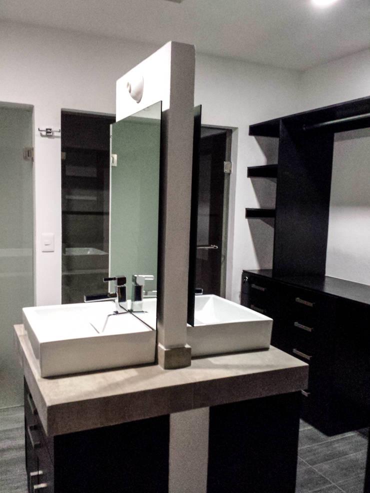 Bathroom by Estilo Homes