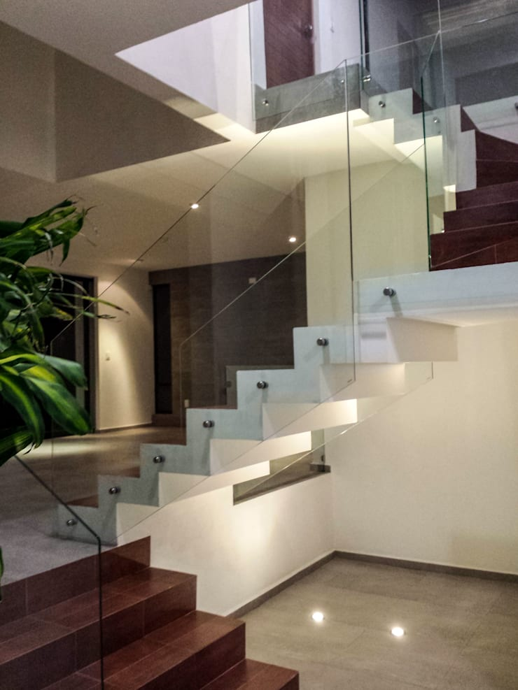 Corridor & hallway by Estilo Homes
