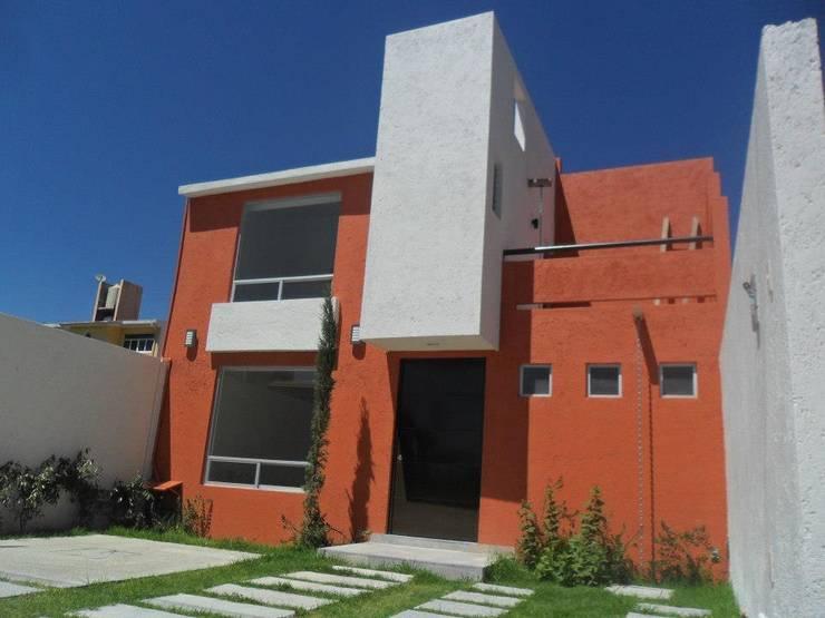 FACHADA PRINCIPAL: Casas de estilo  por Rueda Arquitectura y Bienes Raíces, Moderno