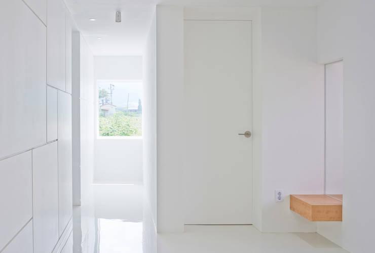 Ingresso & Corridoio in stile  di seukhoonkim