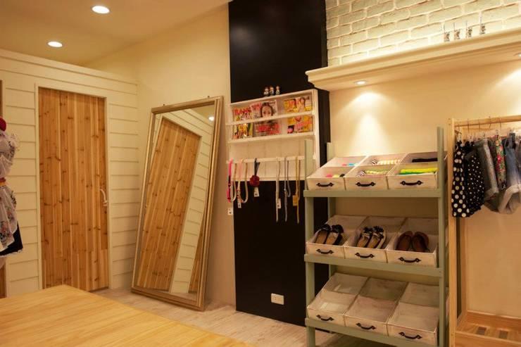 MAO日韓服飾店:  辦公室&店面 by 七輪空間設計