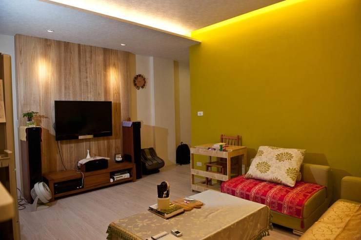 一房一廳公寓(舊屋整修)-黎公館:  客廳 by 七輪空間設計