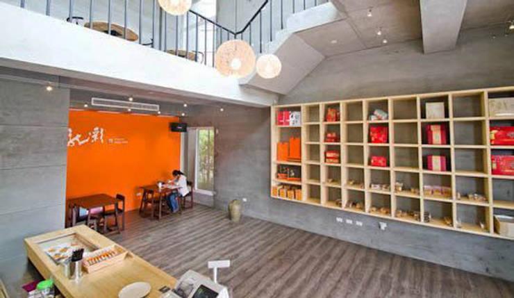 台南 金龍彩糕餅店:  辦公室&店面 by 直譯空間設計有限公司