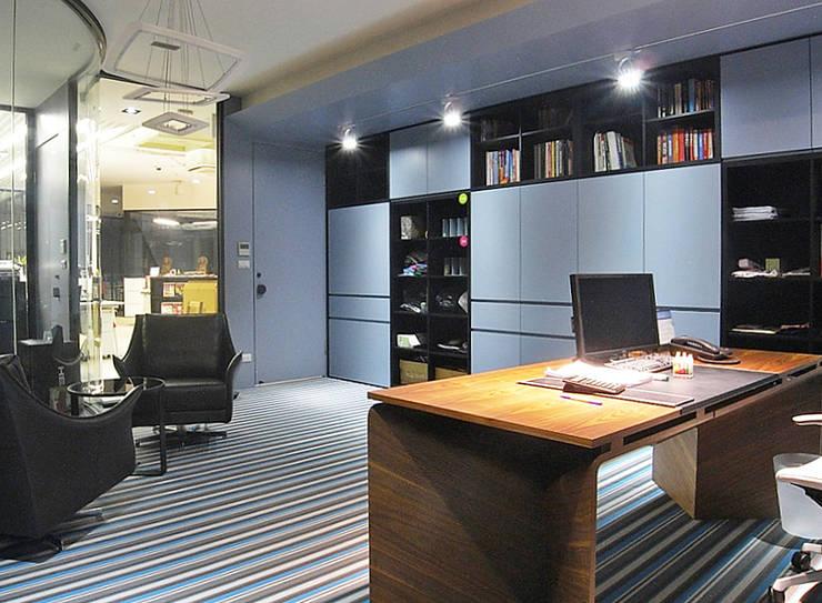 內湖 大傑有限公司辦公室:  辦公室&店面 by 直譯空間設計有限公司
