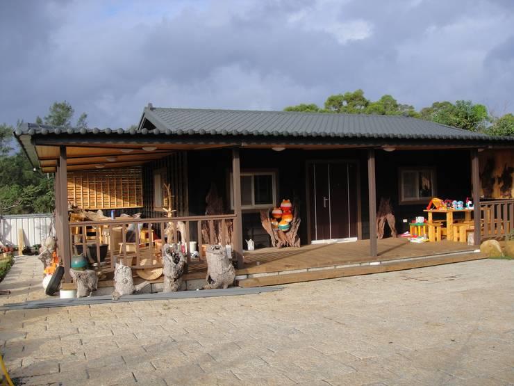 自地自建-鋼構木屋農舍:  房子 by 鄉村東和鋼構木屋