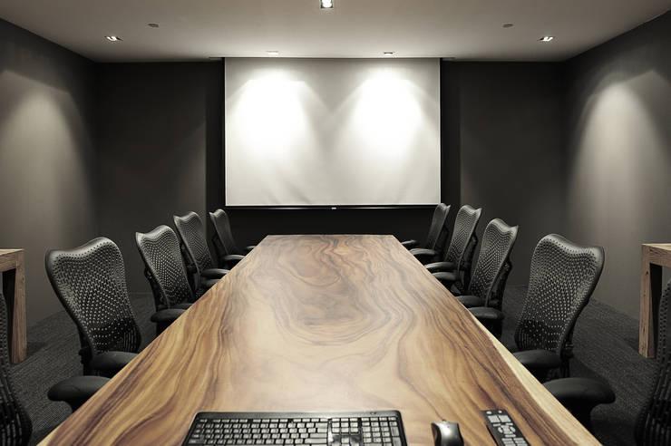 Meeting Room:  Multimedia room by HB Design Pte Ltd,