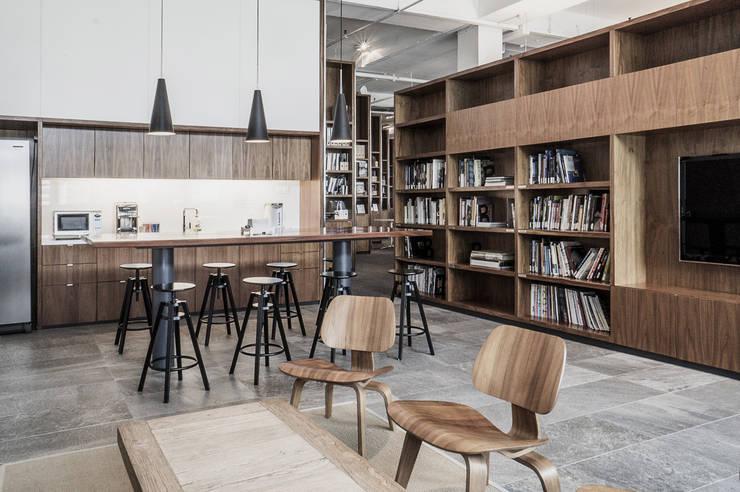 Pantry:  Kitchen by HB Design Pte Ltd,