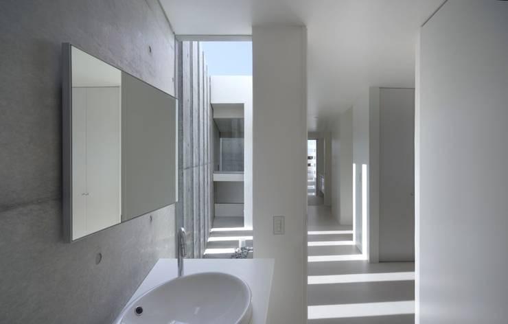 1階トイレ: 森裕建築設計事務所 / Mori Architect Officeが手掛けた浴室です。
