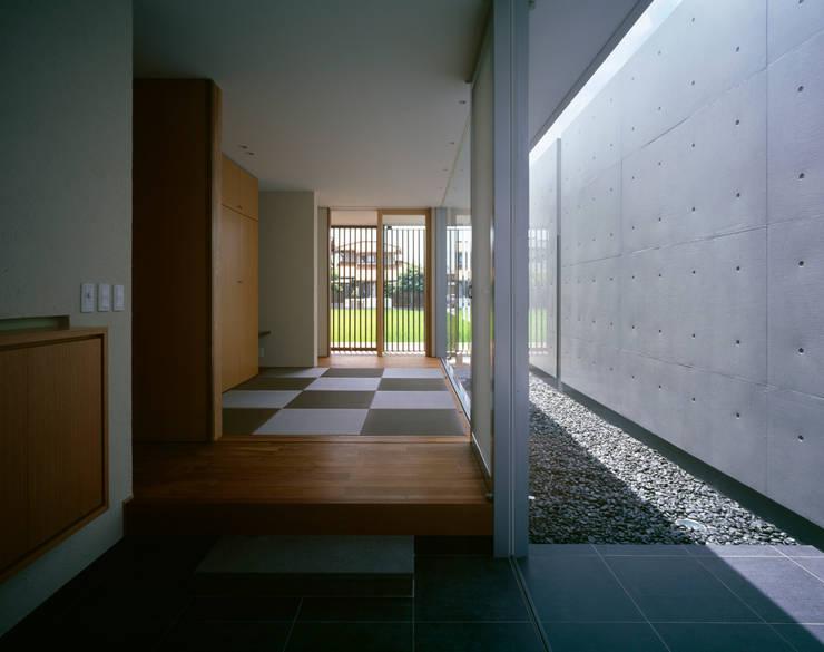 那珂川の家: 森裕建築設計事務所 / Mori Architect Officeが手掛けた廊下 & 玄関です。
