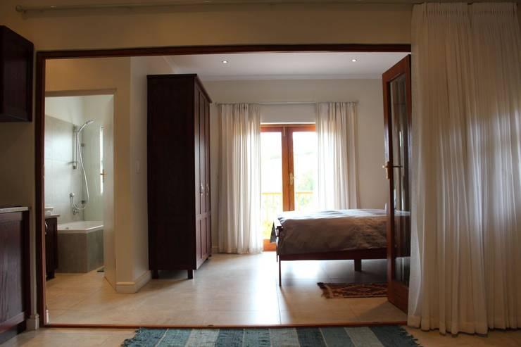 NOOIDGEDACHT FARM:  Bedroom by Covet Design, Classic