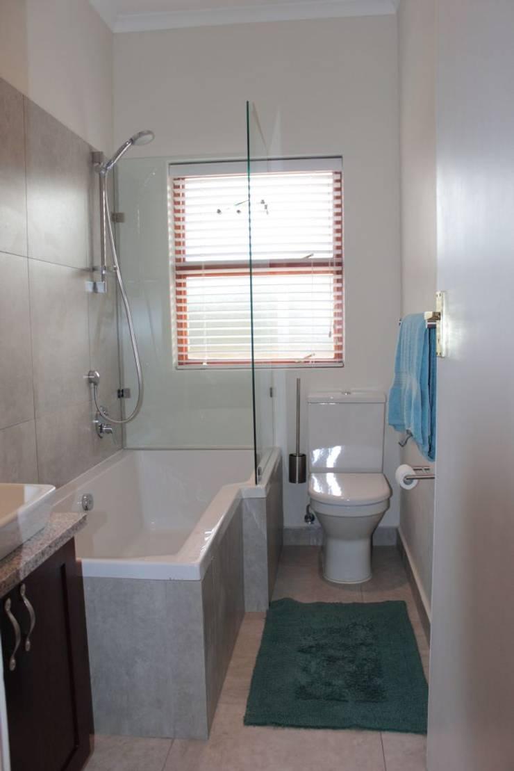 NOOIDGEDACHT FARM:  Bathroom by Covet Design, Classic