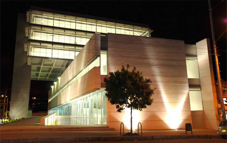 Centro Hipotecario BBVA: Paredes de estilo  por MRV ARQUITECTOS