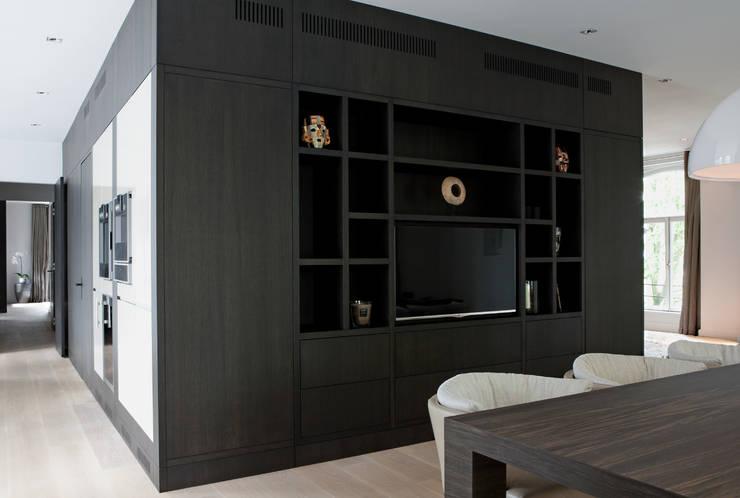 Kastenwand eetkamer:  Eetkamer door Vonder, Modern