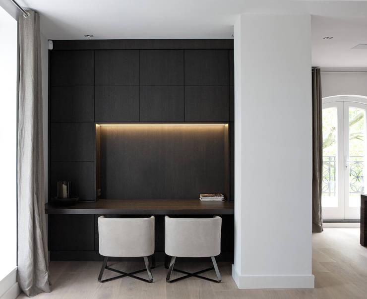 Werkplek gecreëerd in leefruimte :  Studeerkamer/kantoor door Vonder, Modern Hout Hout