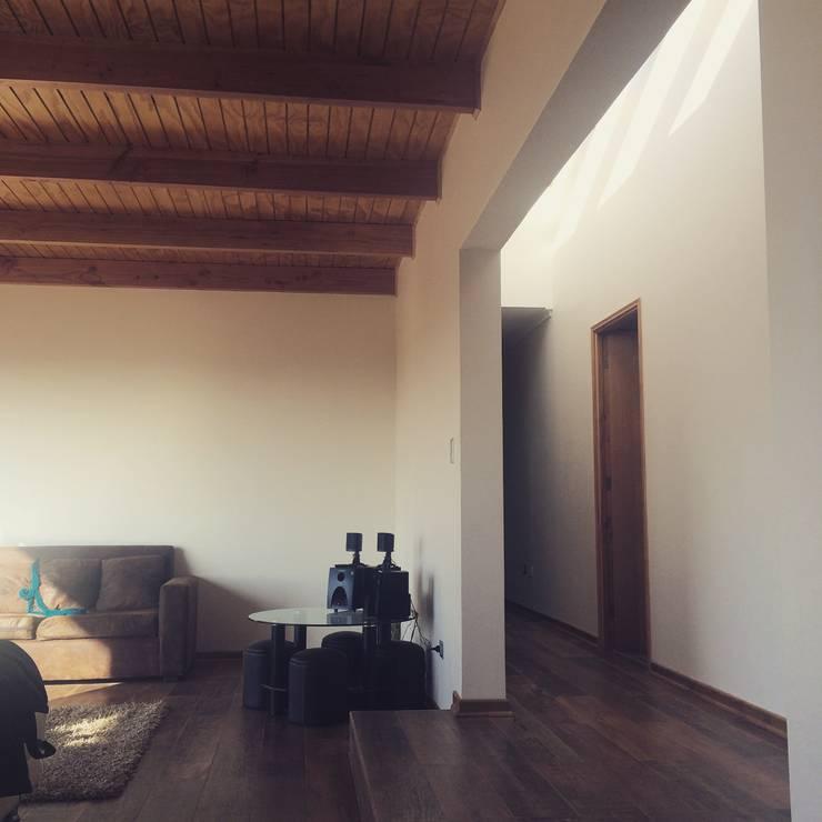 pasillo y living: Pasillos y hall de entrada de estilo  por Vinci studio