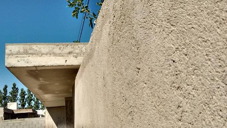 FACHADA INGRESO VIVIENDA FAMILIAR: Casas de estilo  por OFICINA arquitectura&diseño,
