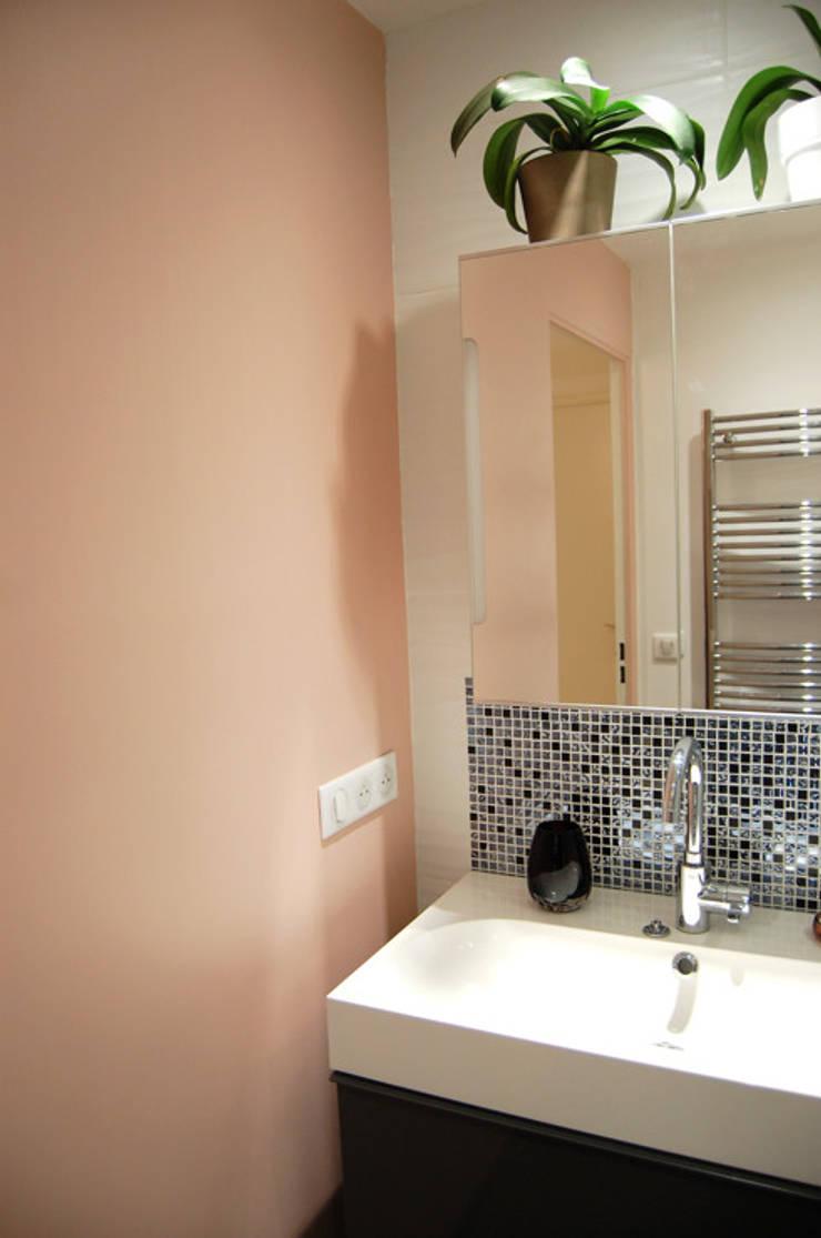 Salle de bain N&B et color touch par Pièces d\'identité | homify