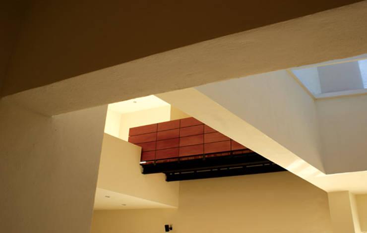 Malinalco : Pasillos y recibidores de estilo  por BulAu , Moderno