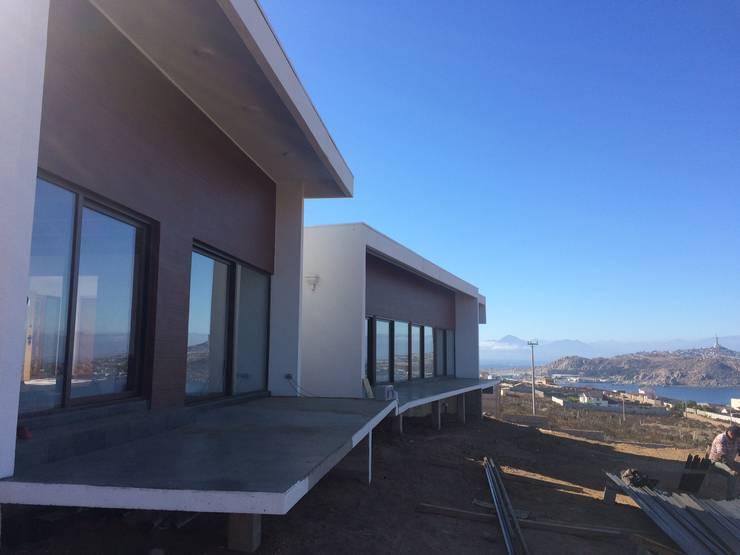 fachada hacia bahía: Casas de estilo  por Vinci studio