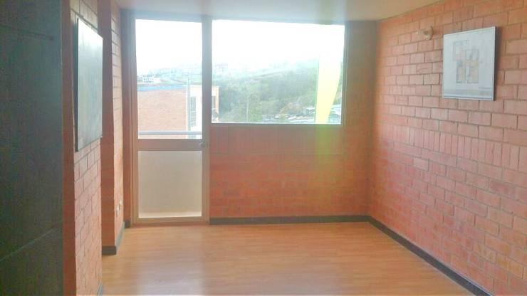 Sala Principal con balcon: Salas de estilo  por FARIAS SAS ARQUITECTOS