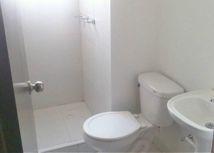Baño: Baños de estilo  por FARIAS SAS ARQUITECTOS