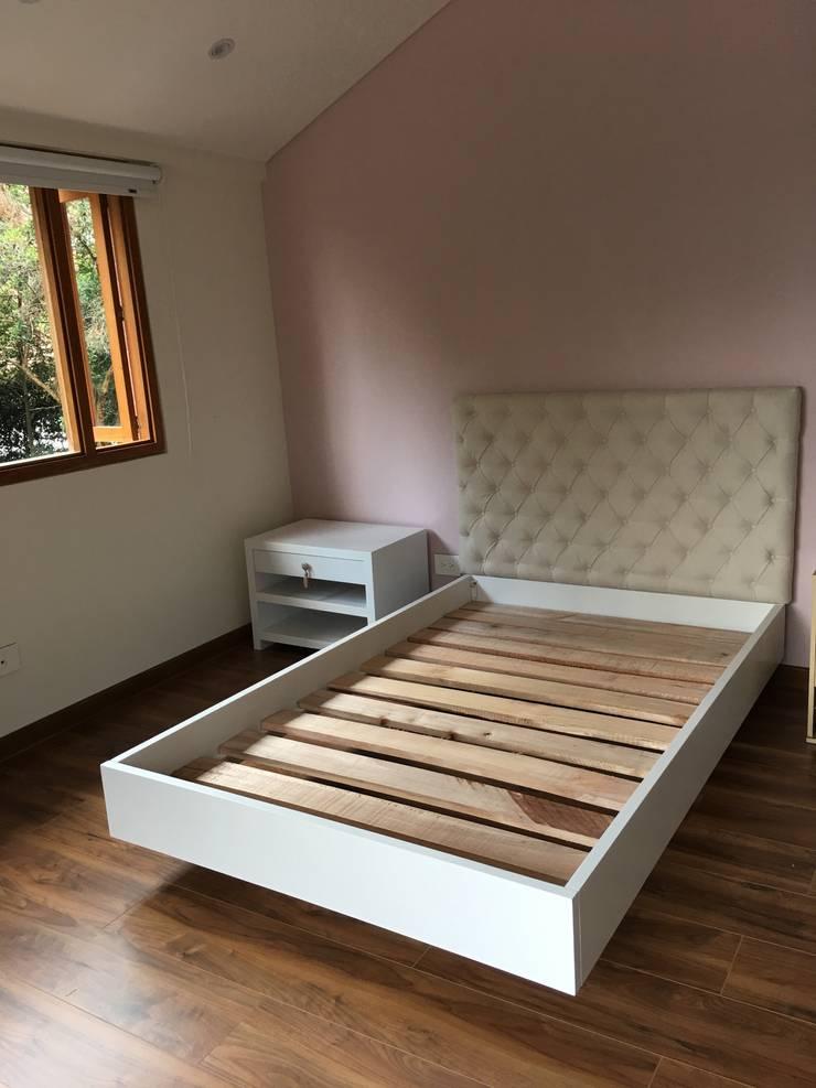 Cama y Mesa de noche AMC: Dormitorios de estilo  por Redesign Studio