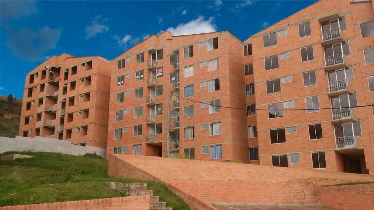 FACHADA: Casas de estilo clásico por FARIAS SAS ARQUITECTOS