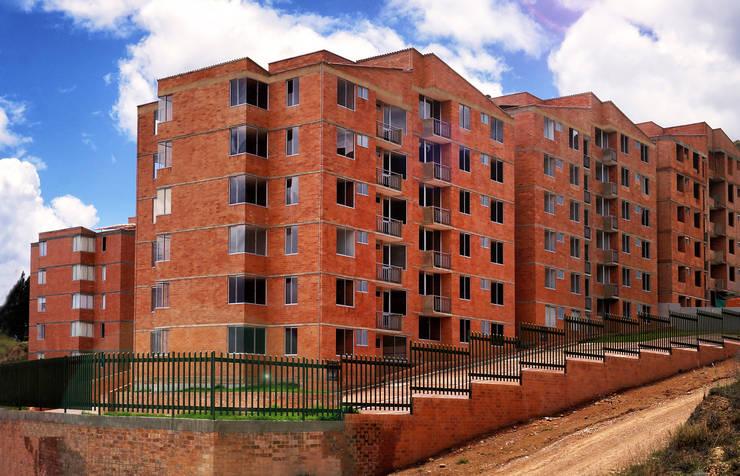 FACHADAS: Casas de estilo clásico por FARIAS SAS ARQUITECTOS