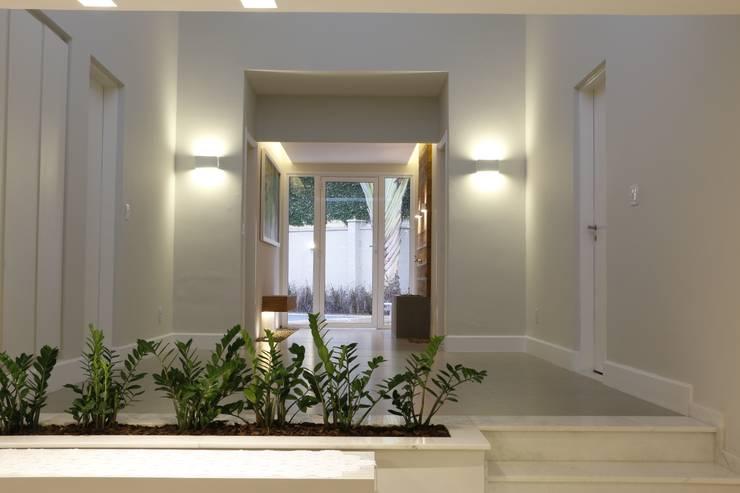 Hall intimo: Corredores e halls de entrada  por MONICA SPADA DURANTE ARQUITETURA