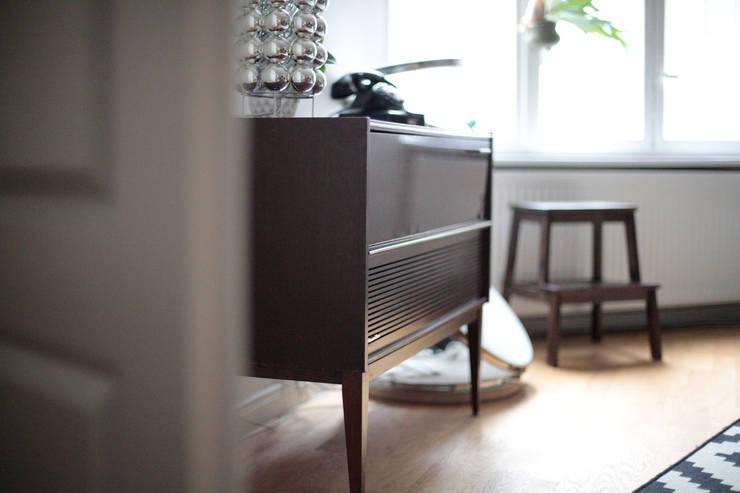 ROOFTOP APARTMENT:  Wohnzimmer von MM STUDIO - INTERIORS BERLIN
