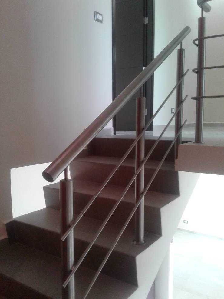 ESCALERAS Y BAÑOS : Pasillos y recibidores de estilo  por Diseño Aplicado Avanzado de Guadalajara, Minimalista