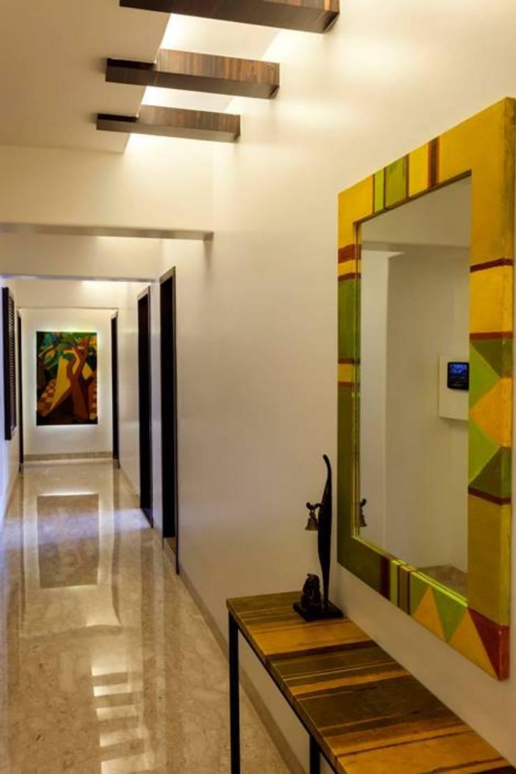 Choudhary Residence, Juhu, Mumbai:  Corridor & hallway by Inscape Designers