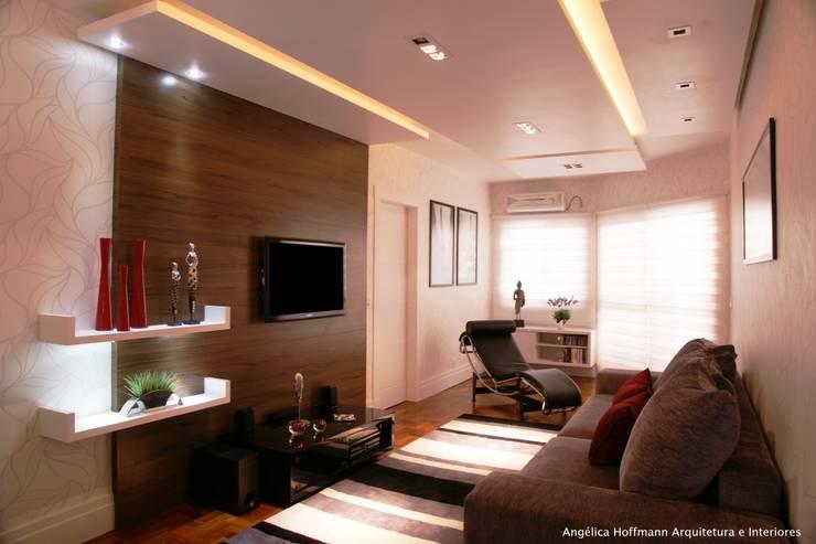 غرفة المعيشة تنفيذ Angelica Hoffmann Arquitetura e Interiores