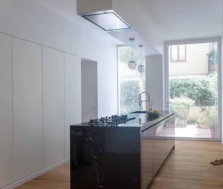 Cocinas de estilo minimalista por DELISABATINI architetti