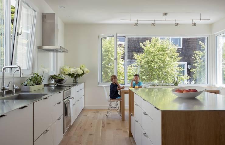 Kitchen:  Kitchen by ZeroEnergy Design