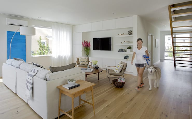 Living:  Living room by ZeroEnergy Design